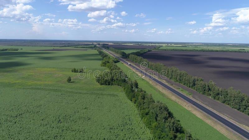 Fotografia aerea di traffico sulla strada nelle zone rurali fotografia stock libera da diritti