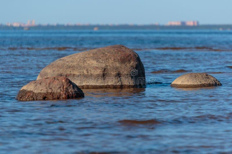 Fotografia ampuła kamienie w morzu fotografia royalty free
