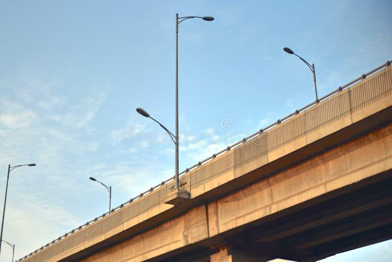 Fotografia architettonica del fondo del ponte moderno di cavalcavia fotografia stock libera da diritti
