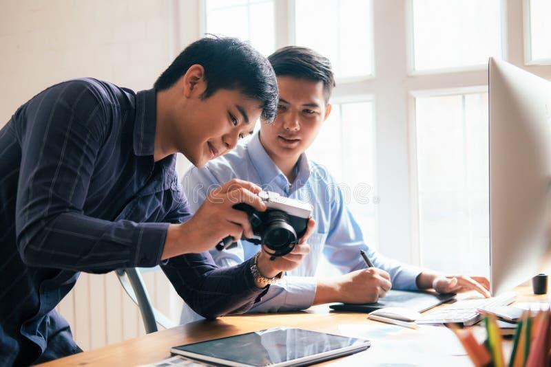 Fotografia artysta i grafiki desginer pracujemy fotografia stock