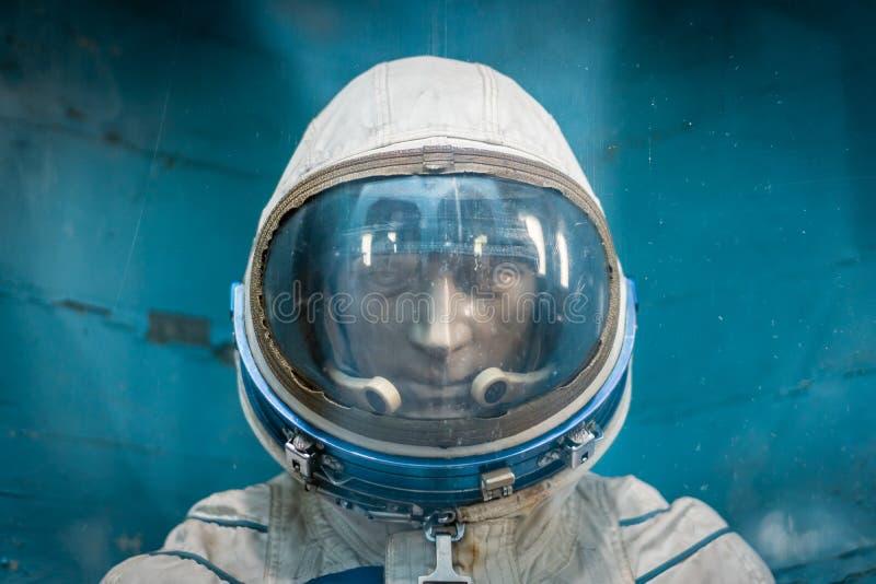 Fotografia atrapa kosmita w starym sowieckim astronautycznym hełmie zdjęcia royalty free