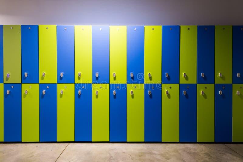 Fotografia błękita i zieleni szafki W gym obraz royalty free