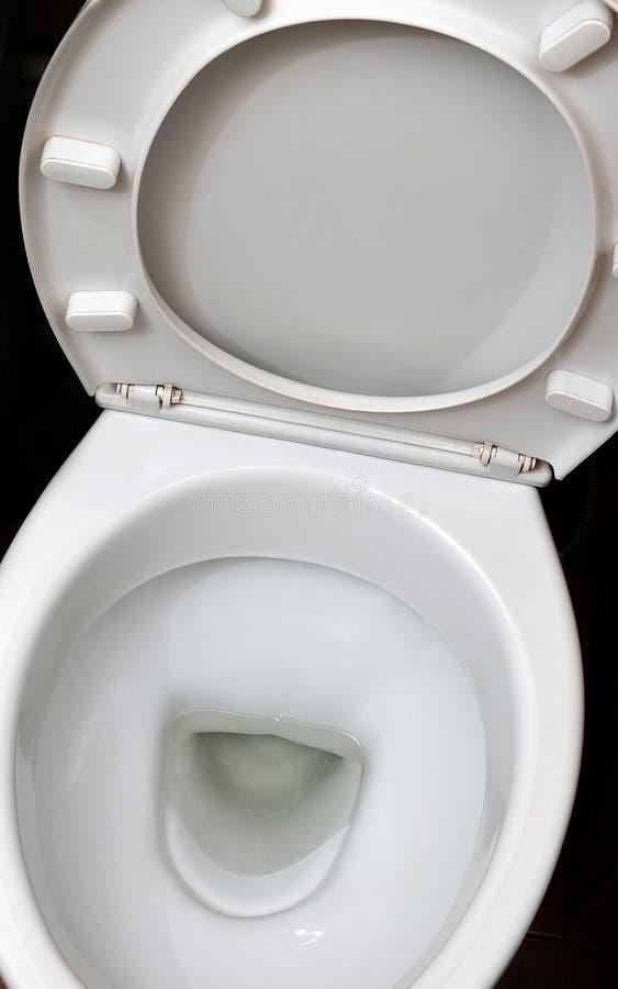 Fotografia biały ceramiczny toaletowy puchar w łazience lub przebieralni Ceramiczny sanitarny artykuły dla korekci nee obraz stock