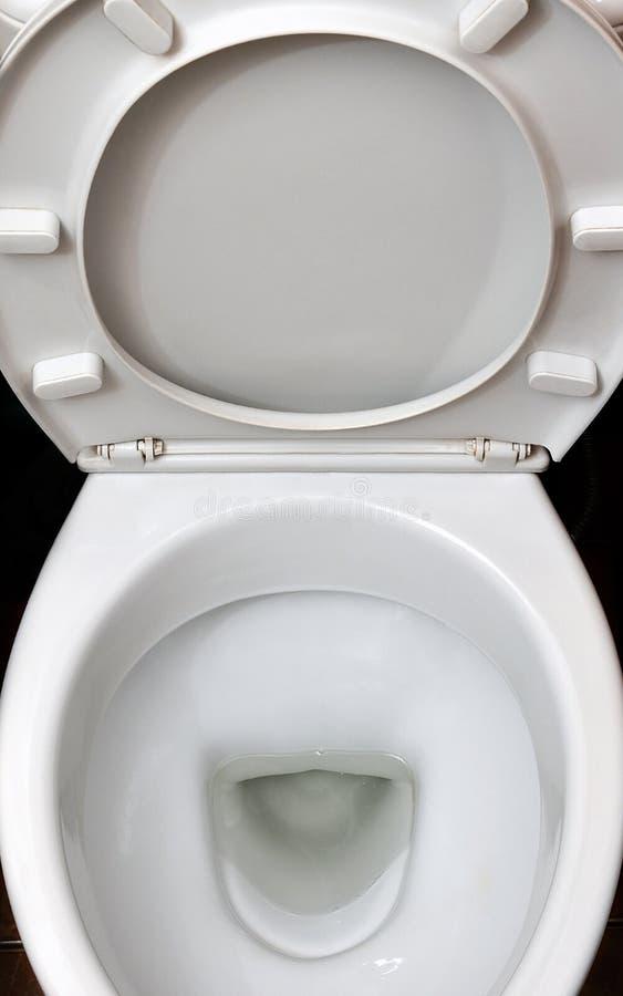 Fotografia biały ceramiczny toaletowy puchar w łazience lub przebieralni Ceramiczny sanitarny artykuły dla korekci nee zdjęcia stock