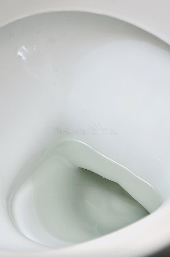 Fotografia biały ceramiczny toaletowy puchar w łazience lub przebieralni Ceramiczny sanitarny artykuły dla korekci nee zdjęcie stock