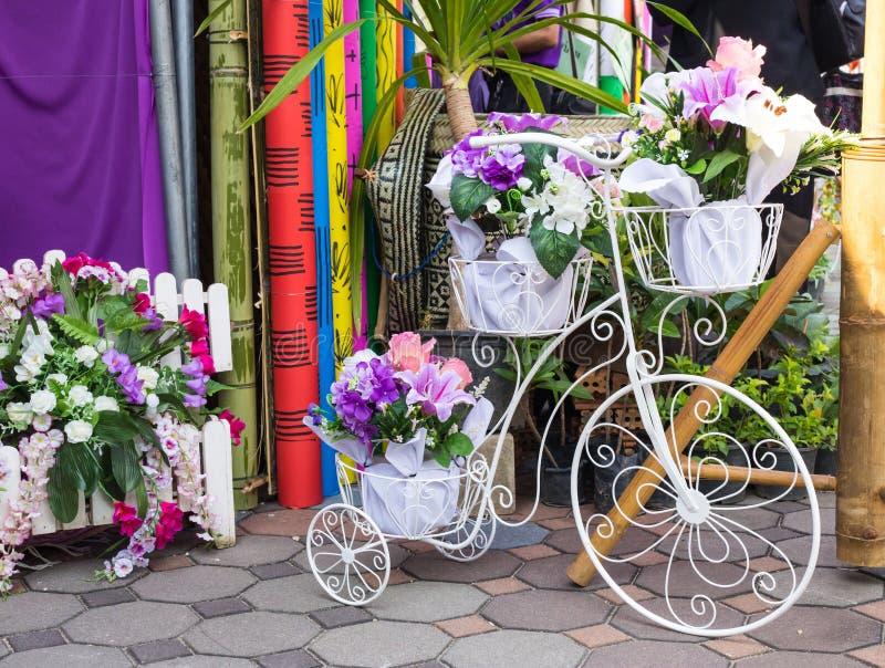 fotografia biali bicykle z kwiatami zdjęcie stock