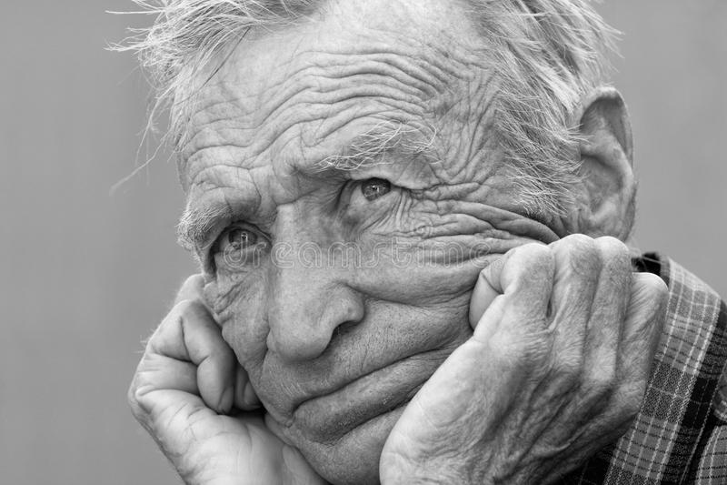 Fotografia in bianco e nero di un uomo anziano immagine stock libera da diritti