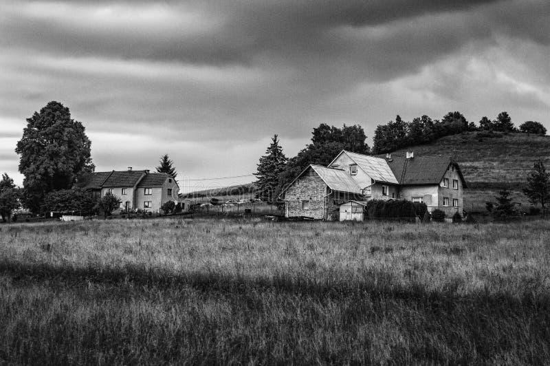 Fotografia in bianco e nero di una coppia di case fotografia stock libera da diritti