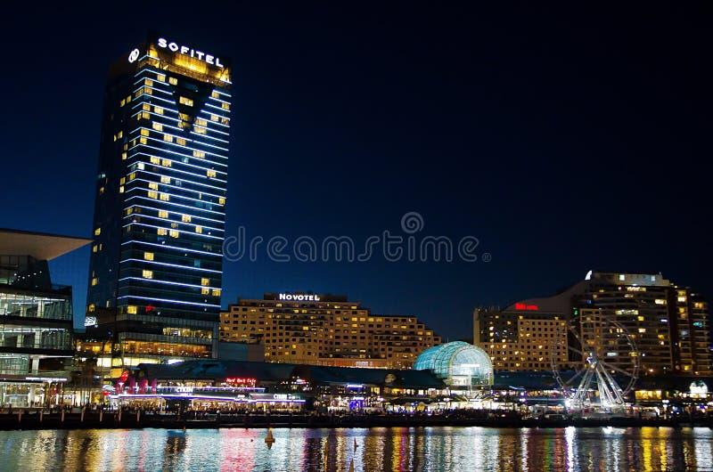 Fotografia bonita da noite da construção do hotel de Sofitel em Darling Harbour fotos de stock