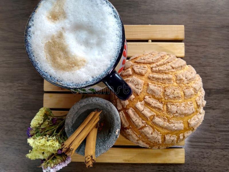 fotografia che riflette una prima colazione messicana con caffè, pane al cioccolato dolce e un tocco di cannella fotografie stock libere da diritti