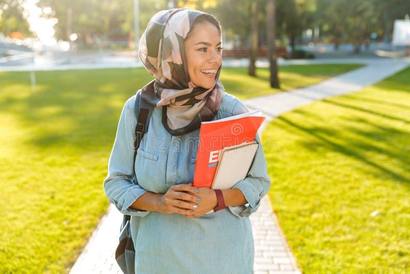 Fotografia chodzi outdoors muzułmańska młoda kobieta zdjęcie stock