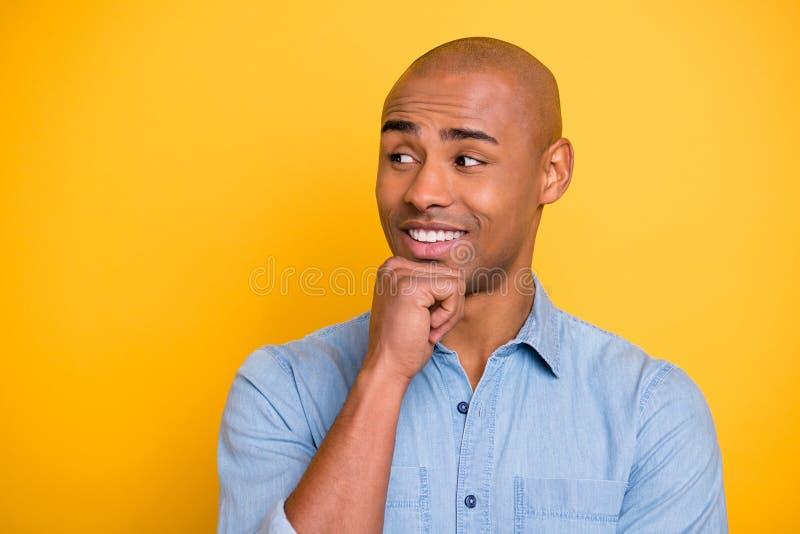Fotografia ciemnej skóry macho pozytyw słucha zastanawiam się partnera korporacyjnego spotkania odzieży cajgów drelichowa koszula fotografia stock