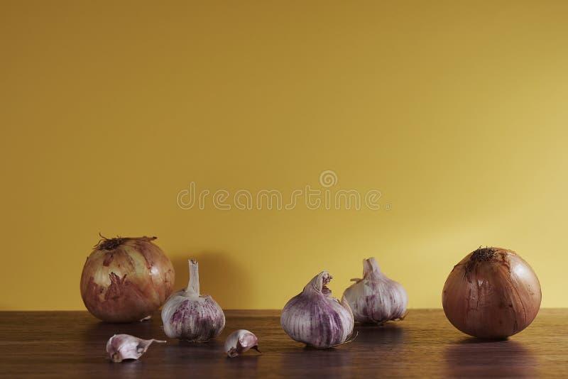 Fotografia com alho e as cebolas orgânicas foto de stock