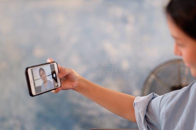 Fotografia con un telefono cellulare immagine stock