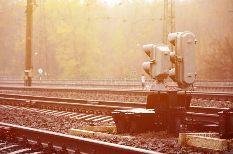 Fotografia czerep kolejowy ślad z małym światła ruchu w dżdżystym weathe zdjęcia royalty free