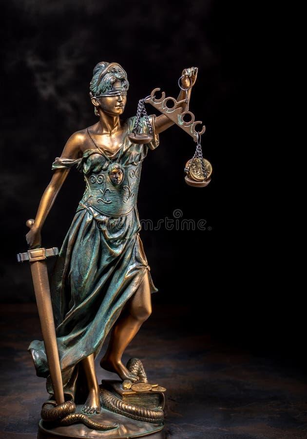 Fotografia da escultura dos themis, do femida ou da deusa de bronze de justi?a no fundo escuro foto de stock royalty free