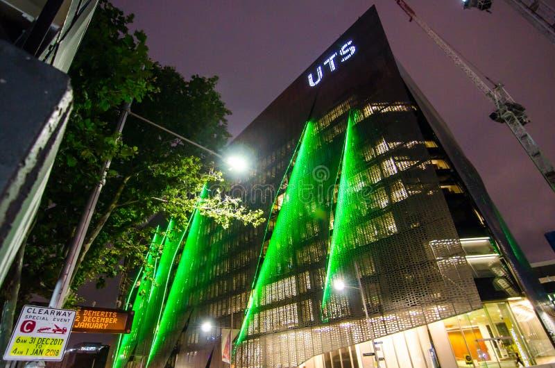 Fotografia da noite da construção do projeto moderno da Universidade Tecnológica Sydney UTS fotografia de stock royalty free