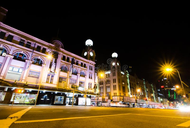 A fotografia da noite do shopping de Broadway é uma da construção icónica em Sydney que abriu em 1923 imagens de stock royalty free