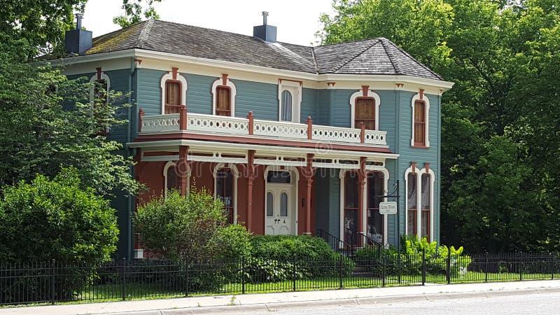 Fotografia da paisagem do cinza e da casa do andar de Brown 2 imagem de stock royalty free