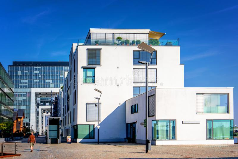 Fotografia da rua com arquitetura de vidro moderna na água de Colônia, Alemanha imagem de stock