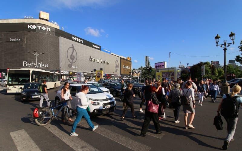 Fotografia da rua de Bucareste - quadrado de Unirii - Bershka e Koto imagens de stock