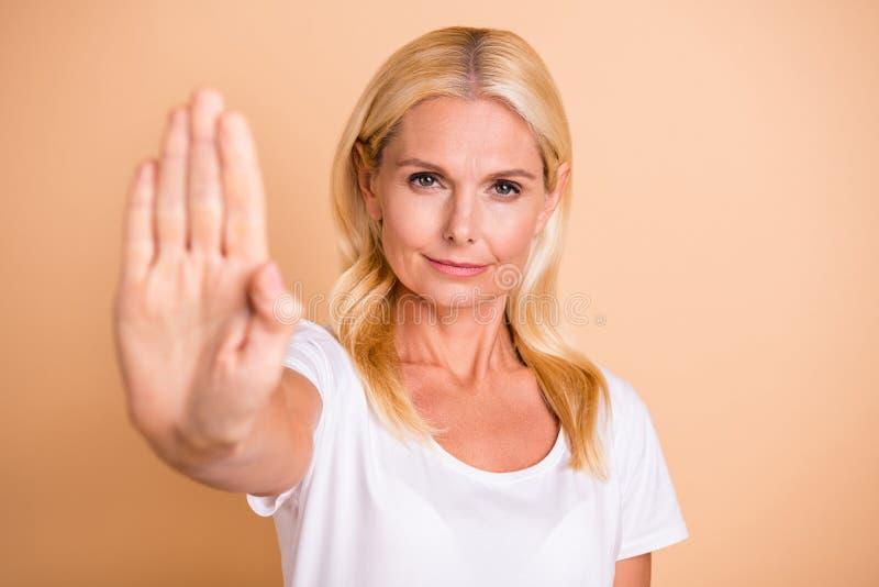 Fotografia dama no przechodzi przez symbol odzieży biała przypadkowa koszulka odizolowywającego pastelowego beżowego tła ręka pod zdjęcia royalty free