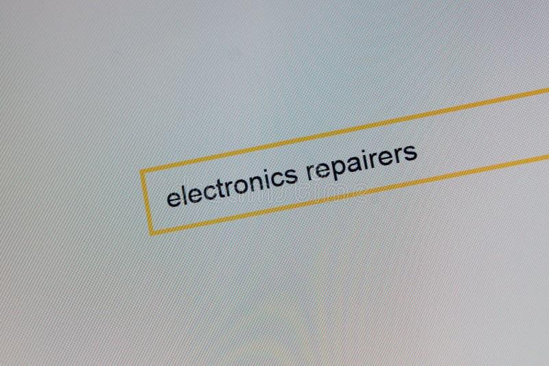 Fotografia de um monitor do computador onde uma pessoa esteja procurando, como chamar uma eletrônica do reparador imagens de stock