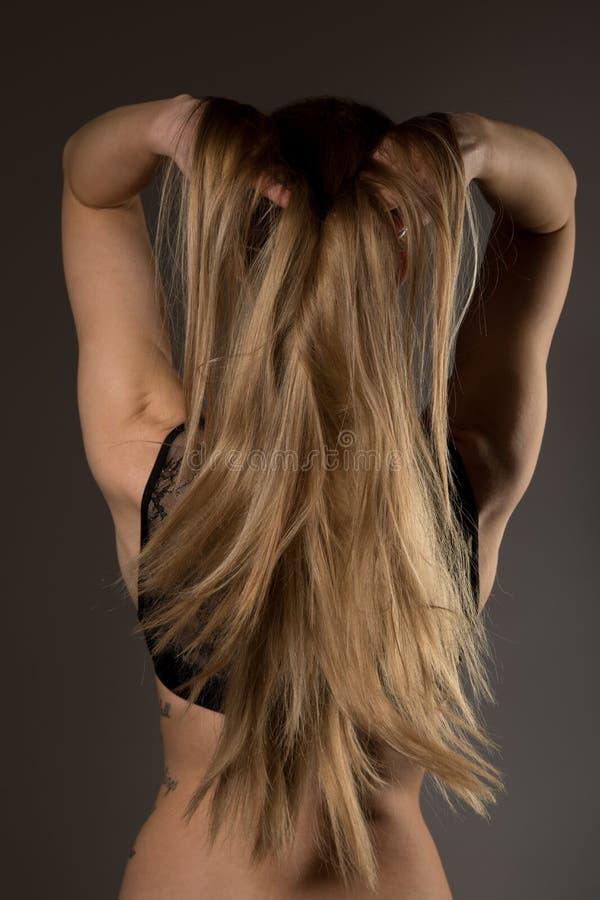 Fotografia del boudoir di bella giovane donna sopra il backgro scuro fotografia stock libera da diritti