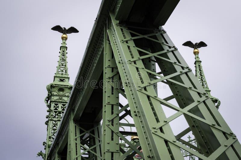 Fotografia del dettaglio delle colonne del ponte di libertà di Budapest con i ribattini delle torri, Ungheria fotografie stock