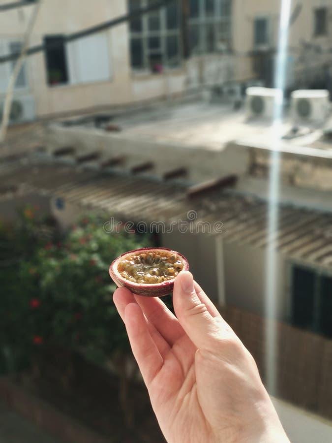 Fotografia del primo piano di frutto della passione con effetto del bokeh fotografia stock