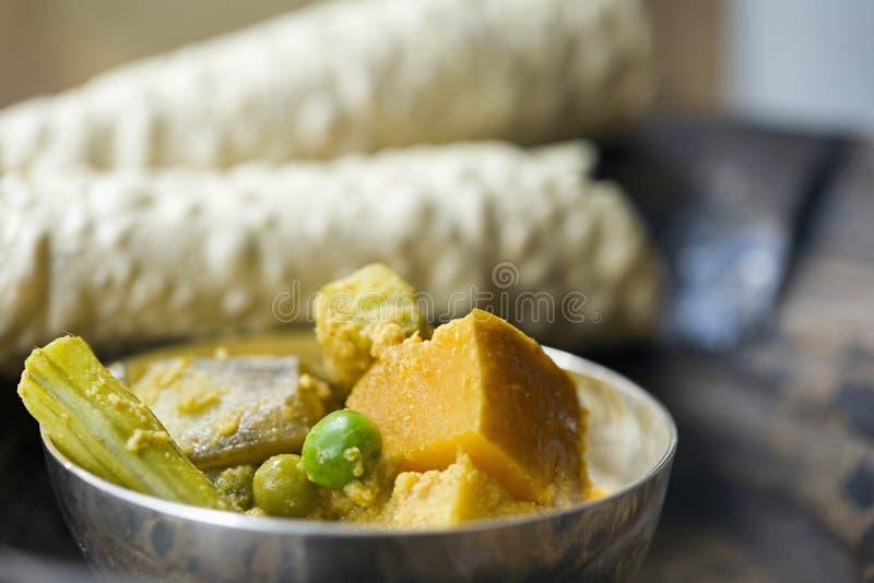 Fotografia dell'alimento, veg Korma con i pappadams, India fotografie stock