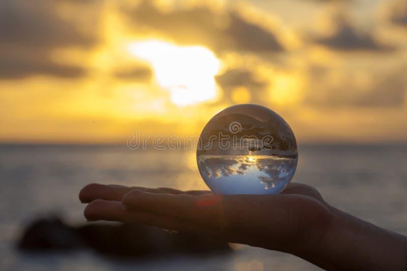 Fotografia della sfera di cristallo - spiaggia di tramonto fotografia stock