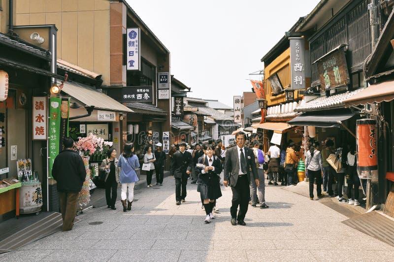 Fotografia della via della gente vicino al tempio di Kiyomizu fotografia stock