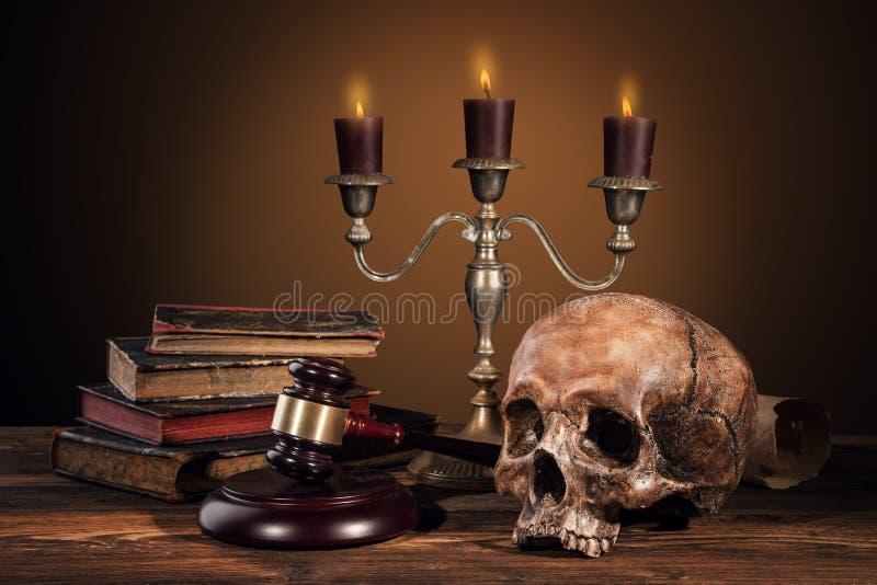 Fotografia di arte di natura morta sullo scheletro umano del cranio immagini stock