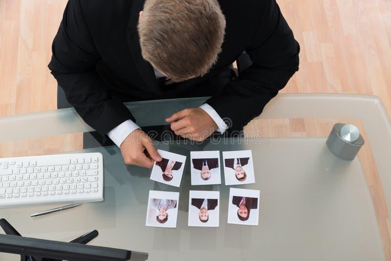 Fotografia di Looking At Candidates dell'uomo d'affari fotografia stock libera da diritti