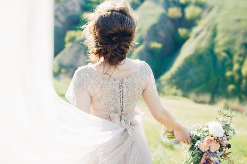 Fotografia di nozze di arti Bella sposa con il mazzo e vestito con il treno in natura fotografia stock