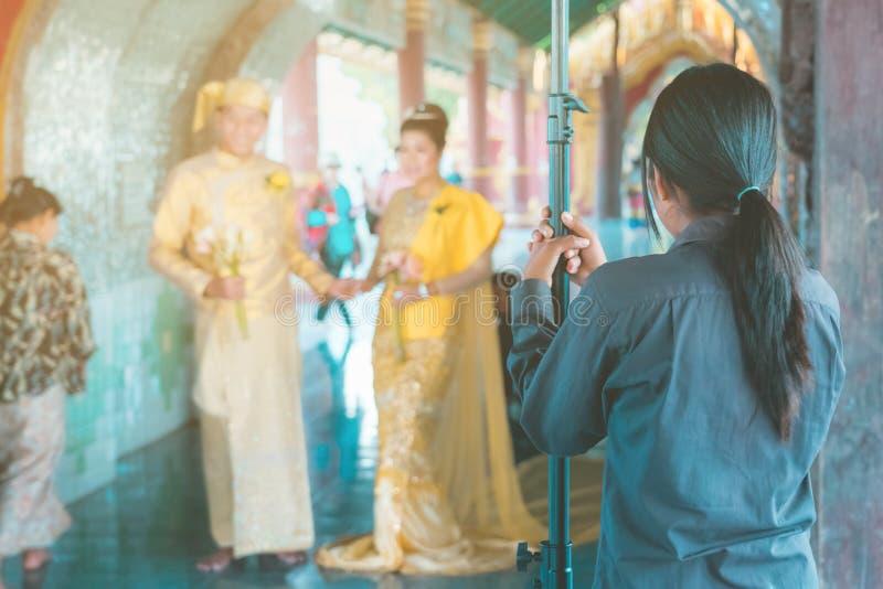Fotografia di nozze del Myanmar Una coppia birmana in un vestito da tradizione che è stato fotografato da un fotografo di nozze e immagine stock