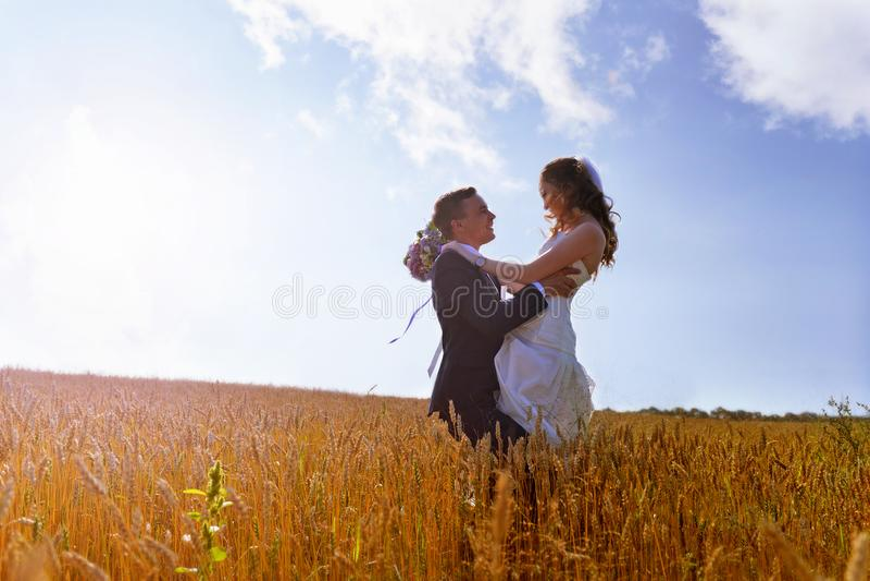 Fotografia di nozze Fotografia di nozze La sposa e lo sposo in natura immagine stock