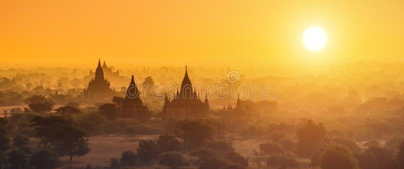 Fotografia di panorama delle tempie del Myanmar in Bagan al tramonto