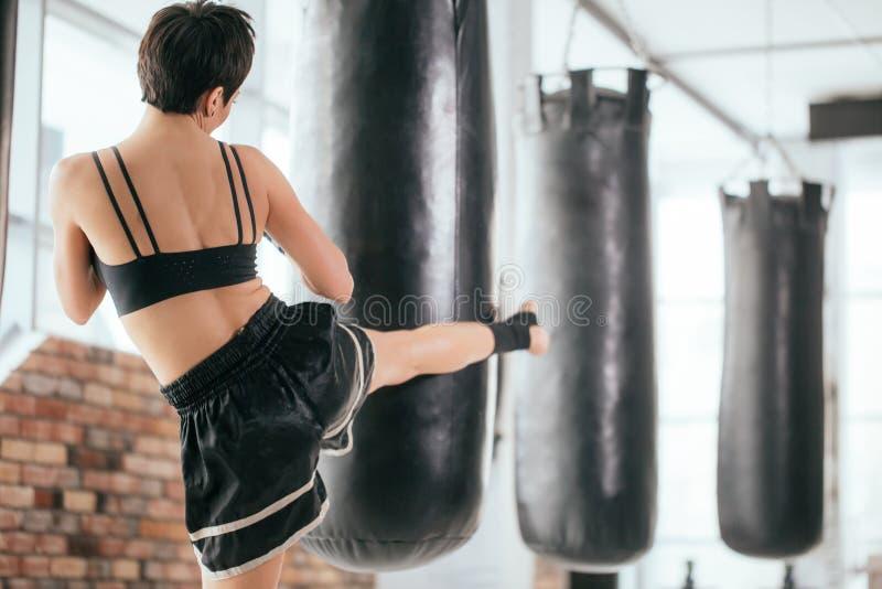 Fotografia di retrovisione di pugilato di respinta dell'atleta della giovane donna immagine stock