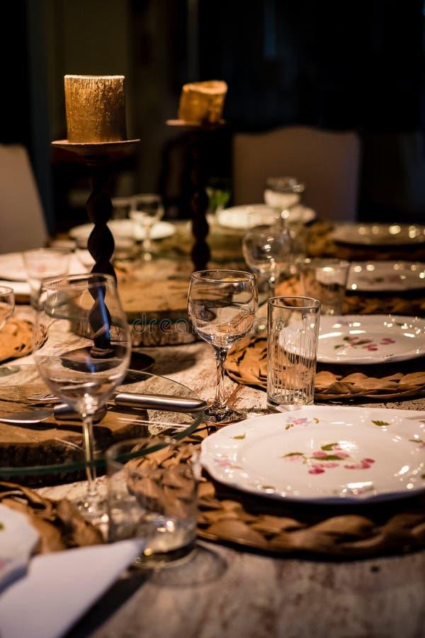 Fotografia di stile di vita della tavola di cena prima di servire fotografia stock libera da diritti