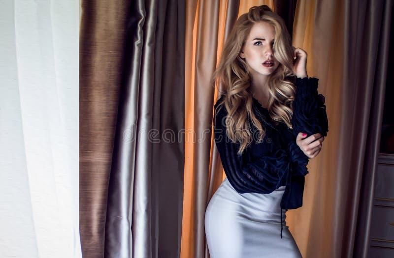 Fotografia di una ragazza bionda con forma stupefacente del corpo fotografia stock