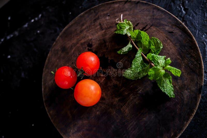 Fotografia do alimento biológico - tomates, hortelã e beterraba vermelha imagem de stock royalty free