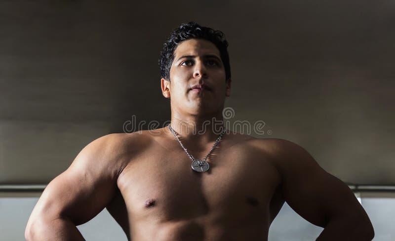 Fotografia do atleta no contrapicado para destacar o volume de seu corpo fotografia de stock