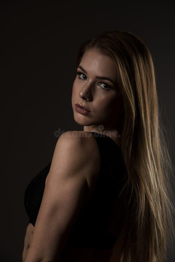 Fotografia do boudoir de uma jovem mulher bonita sobre o backgro escuro fotografia de stock
