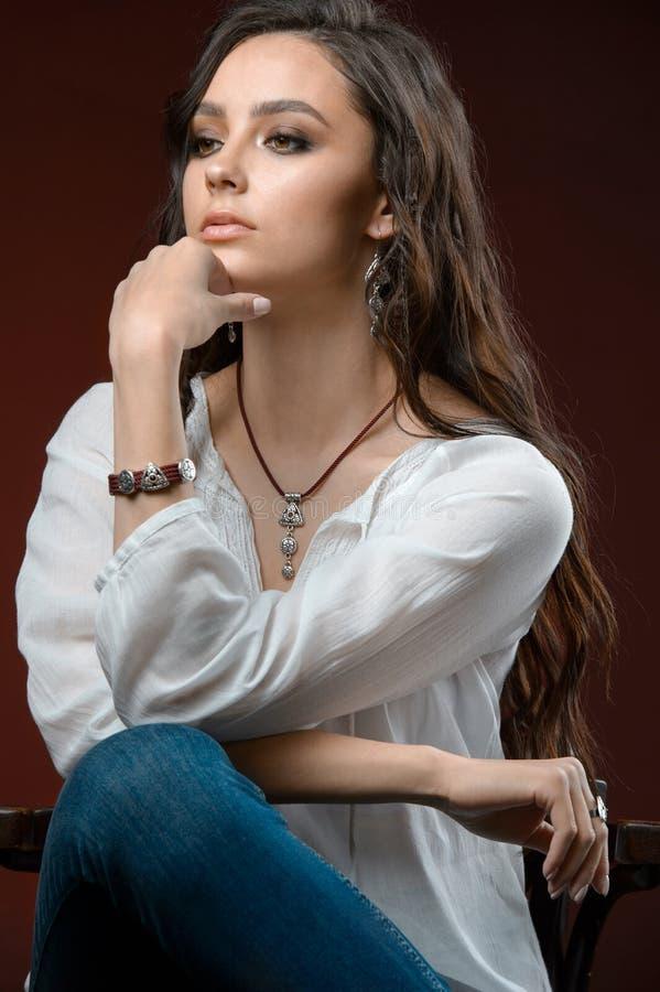 Fotografia do est?dio Retrato de um modelo moreno bonito com cole??o de prata da joia e cabelo longo fotos de stock royalty free