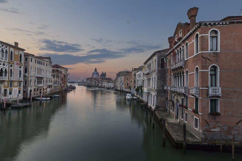 Fotografia do nascer do sol da ponte da academia em Grand Canal na VE fotos de stock
