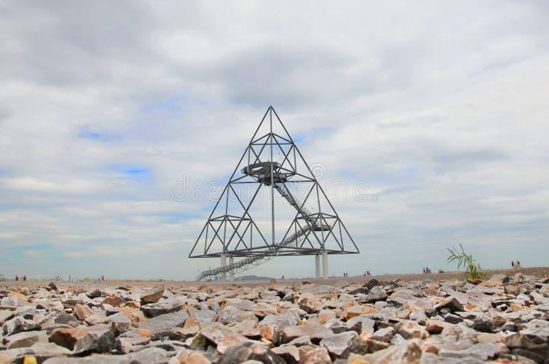 Fotografia do rés do chão do tetraedro em Bottrop, Alemanha tomada em um dia de verão nebuloso A construção de aço andavel imagens de stock