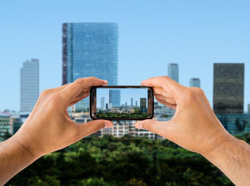 Fotografia do tiro a cidade com telefone esperto fotografia de stock royalty free