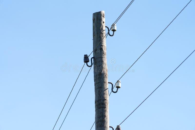 Fotografia drewniany słup dla elektryczności na nieba tle zdjęcia royalty free